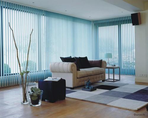 Vorhang mit vertikal verstellbaren Lamellen