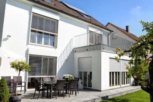 Außenjalousien an Einfamilienhaus mit weißen Blenden