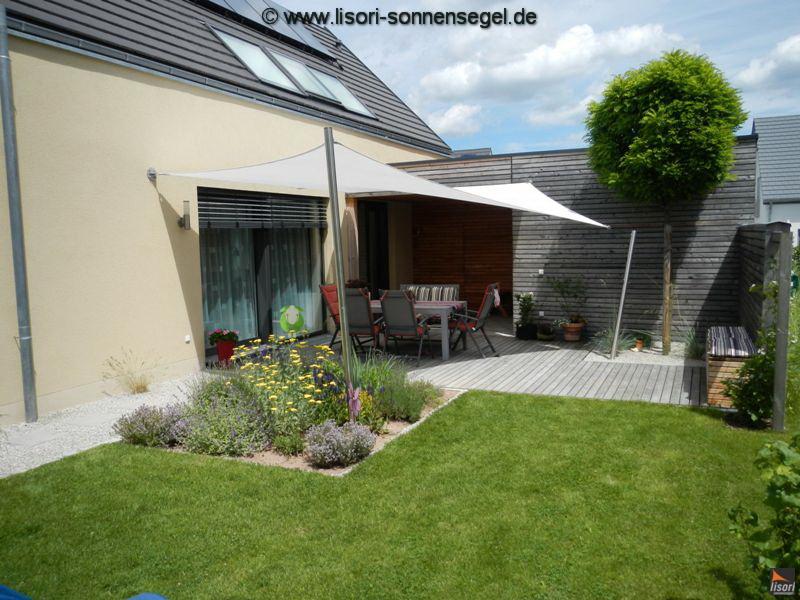 Sonnensegel an Haus- und Sichtschutzwand