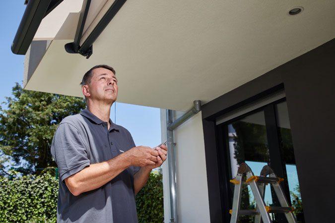 Einlernen des Handsenders LumeroTel 2 von Elero. Foto: Elero